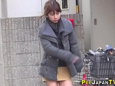 Japanese hos public pee   -goldenshower-japanese-peeing-public-
